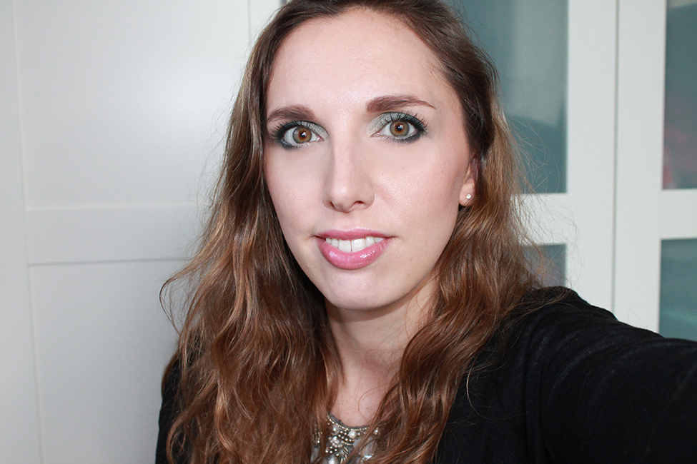 Revue et maquillage coloré everything nice too faced swatch visage 2