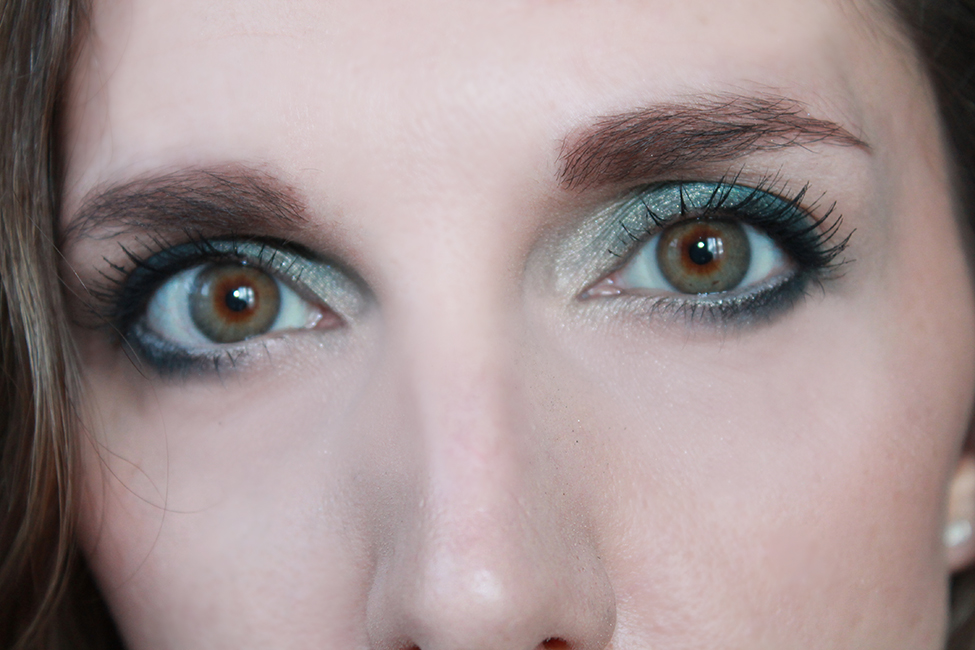 Revue et maquillage coloré everything nice too faced swatch zoom visage
